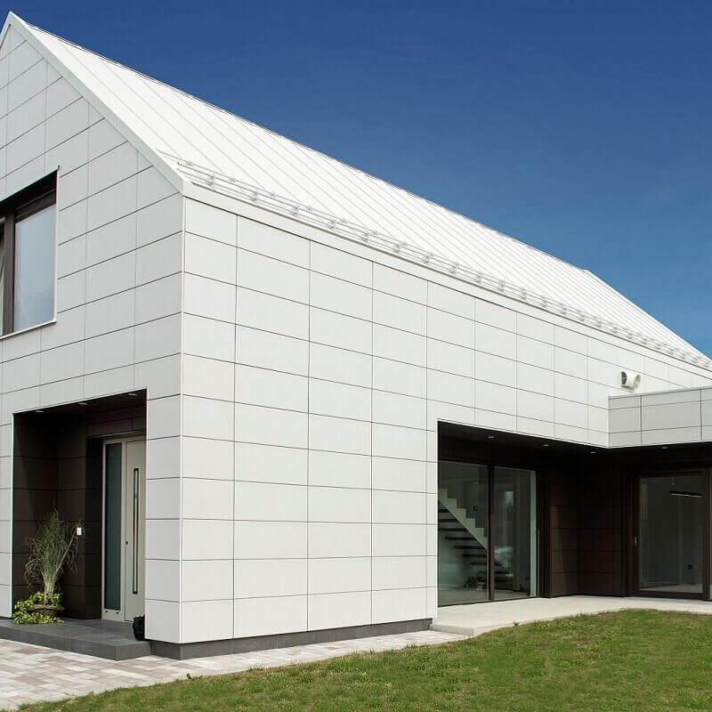 Moderna hiša z Inothermovimi ALU vhodnimi vrati