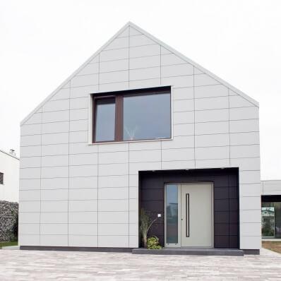 Moderna montažna hiša z ALU vrati